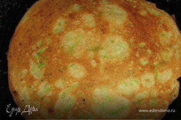 Кабачки вымыть,натереть на крупной тёрке(тонкошкурые кабачки не чистить,отрезать кончики),добавить яйца,взбитые с солью и сахаром,молоко,муки,что бы тесто было гуще чем на блины,но жиже чем на оладьи,влить раст.масло,всё перемешать,посолить и выпекать блины с двух сторон на сухой сковороде.Получается примерно 6 блинов.Блины остудить.
