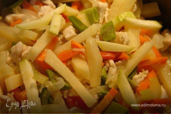 Все овощи и куриные грудки порезать брусочками,фасоль поломать.В кастрюле разогреть растительное масло и быстро обжарить курицу с луком и чесноком.Затем добавить остальные овощи,кроме кабачков.Тушить 5 мин.Добавить кабачок и горячий куриный бульон.Если не хочется утяжелять суп бульоном,то добавьте горячей бутилированной воды.Посолить,поперчить.Варить до готовности(минут 15).Подать к столу свежий хлеб,сметану и мелко рубленную зелень.Приятного аппетита!