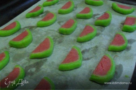 Разложить печенье на пергаменте и отправить в духовку разогретую до 100*С, подсушивать печенье в течение 10-15 минут, печенье не должно потерять цвет.