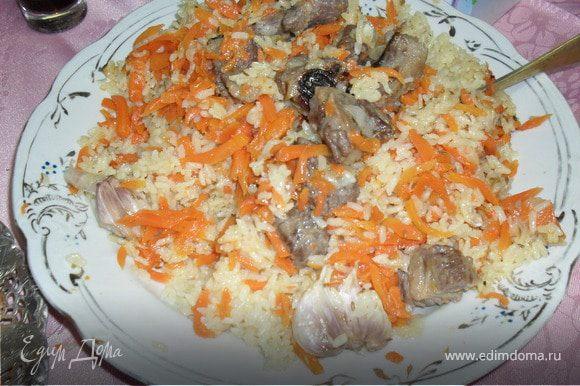 На большое блюдо выложить рис,понадобиться два блюда.На рис выложить морковь с мясом.