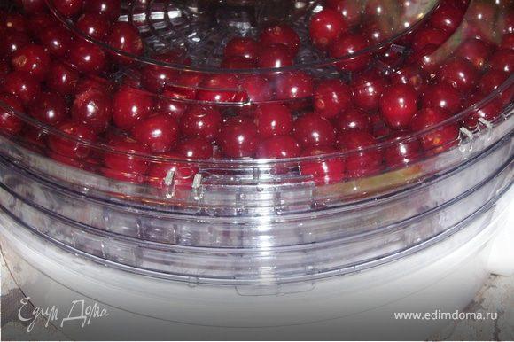 Слить сироп,ягоды откинуть на сито и дать стечь. Разложи ягоды на противень с пергаментом/в духовку при 70-90 Гр./45 мин.или в электросушилке-60 г./12 часов.******Если будете сушить в духовке-нужно ориентироваться по своей духовке,ведь у всех они разные.***