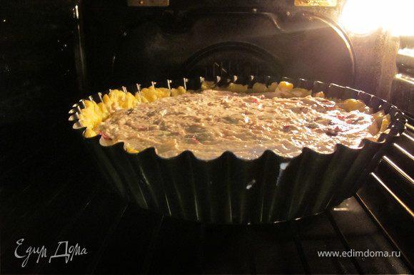 Выложить на тесто начинку и распределить равномерно. Выпекать в разогретой до 180 гр духовке около 40-50 минут.