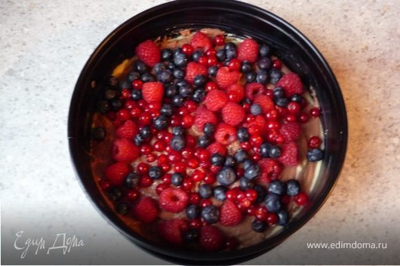 Распределить ягоды, немного придавить их в тесто. Запекать в предварительно разогретой до 175°C духовке минут 25. Остудить.