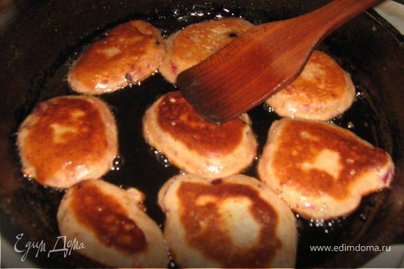 Масло раскалить, выкладывать тесто мокрой ложкой. Жарить до золотистого цвета. Йогуртовые оладушки жарятся очень быстро и получаются нежными и пышными. Приятного аппетита.