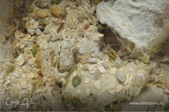Добавить немного оливкового масла (ложка-две), большую часть семечек и овсяных хлопьев (немного оставить для присыпки).