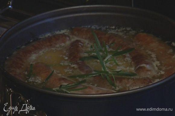 Влить тесто в форму с купатами и выпекать пудинг еще около 30 минут.