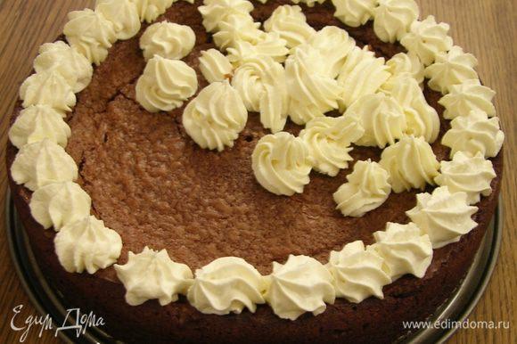 Сливки взбить и украсить остывший торт.