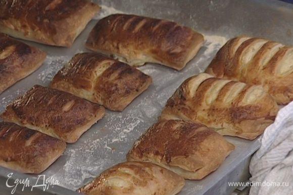Посыпать булочки корицей и оставшимся сахаром, уложить на присыпанный мукой противень и выпекать 25–30 минут в разогретой духовке.