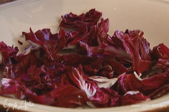 Уложить радиккио на тарелку, сверху выложить бекон и орехи, полить уксусом и посыпать зеленью петрушки и кинзы.