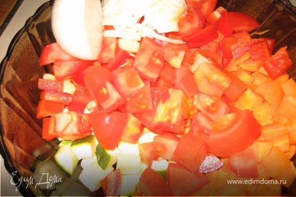 Помидоры нарезать крупными кубиками, также крупно нарезать морковь, болгарский перец, цукини, лук, сельдерей и филе индейки (за неимением индейки я использовала куриную грудку).