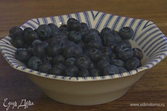 Небольшие формочки для выпечки смазать маслом и наполнить тестом, сверху присыпать ягодами.