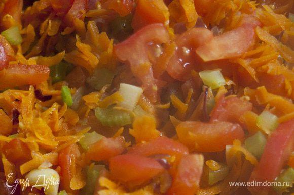 Высыпать в форму лук и чеснок, обжарить, затем добавить морковь, стебли сельдерея (листья пока оставить), помидоры и вино. Потушить несколько минут на сильном огне.