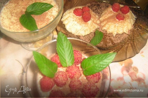 Выложить малину и посыпать тертым шоколадом.