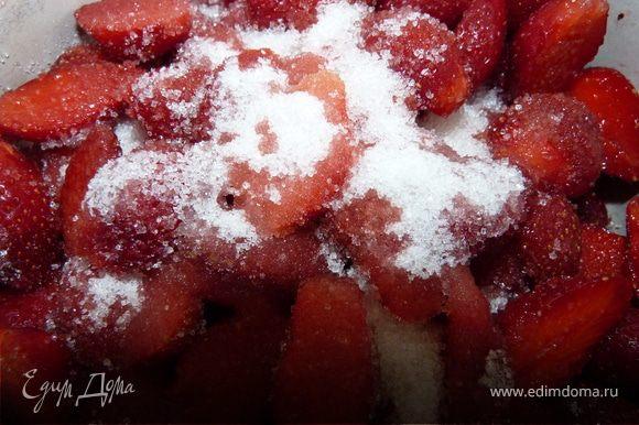 Очищенную клубнику уложить в кастрюлю, пересыпая сахаром. Подождать пока выпустит сок.