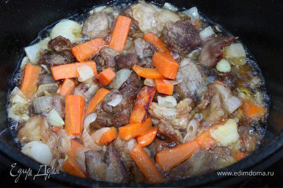 При приготовлении плова важно следить за степенью нагрева казана.Когда вначале жарите мясо - огонь может быть сильным, но после закладки риса - огонь должен гореть только под самым дном казана, иначе рис на стенках пригорит. Мясо нарезать средними кусочками, примерно 3х5 см. Конечно, лучше охлажденное мясо, но я брала замороженую ногу и срезала мясо, результат отличный! Налить в казан масло, разогреть. Опустить мясо в масло, пусть обжарится до золотистой корочки- это примерно 15 мин. Затем добавить морковь и лук, перемешать и еще обжаривать, пока овощи станут румяными. Это основа плова, называется - зирвак.