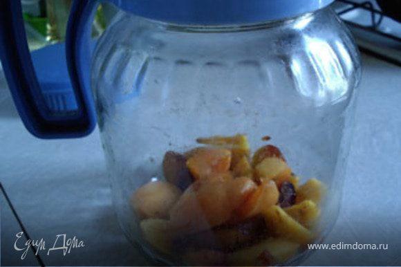 Нарезать фрукты и положить в графин.Смородину не добавлять.