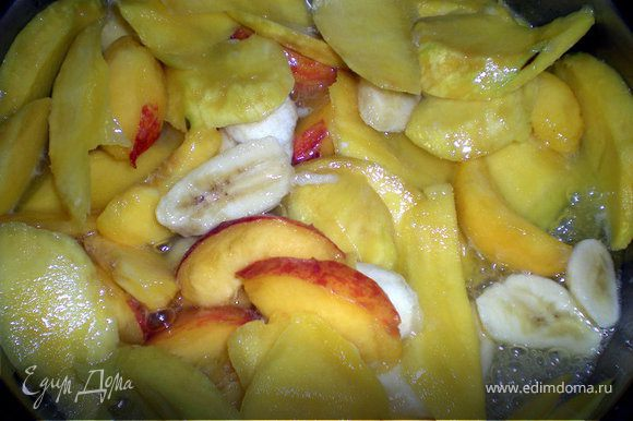 Выложить фрукты,сахар и тушить минут 15.