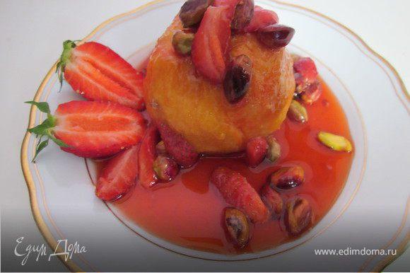 За 5 минут до готовности добавить к персикам клубнику порезанную на четвертинки. Готовый десерт выложить на тарелку, полить соусом и сразу же подавать горячим к столу с мороженным.