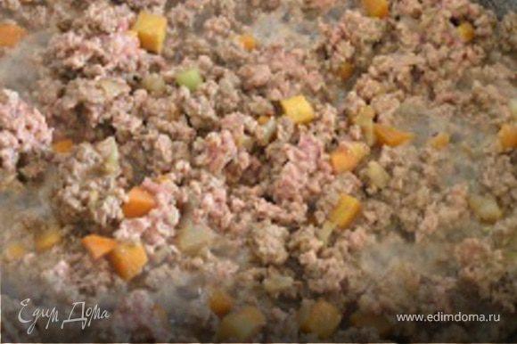 Приготовить начинку. В сковороде на растительном масле обжарить мелко нарезанный лук, добавить нарезанную маленькими кубиками морковь. Затем выложить в сковороду фарш, слегка прожарить, влить вино и разведенную в небольшом количестве воды томатную пасту. Посолить и поперчить. Тушить на медленном огне около часа.