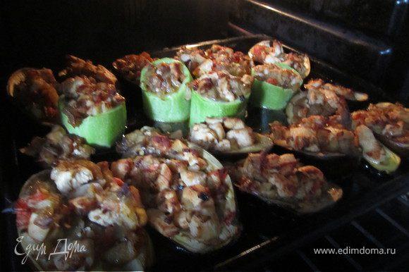 Заполняем наши лодочки курино-овощной смесью. И ставим в разогретую духовку (180 гр.) на 15-20 минут.