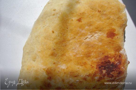 Выложи тесто на противень с пергаментом и накрыв другим противнем сверху, оставь чтобы поднялось снова. Затем снять противень ,смазать маслом и печь в духовке 180 г/до золотистой корочки.