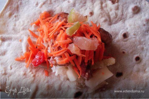 На лаваш положить все составляющие: лук, картофель, мясо,грибы, перец, морковь. Посыпать смесью для тушения овощей( совсем чуть-чуть).