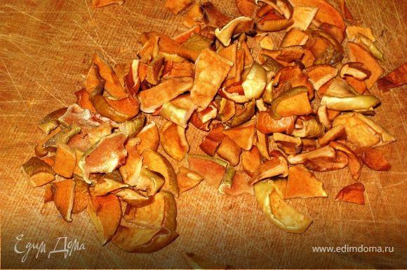 Яблочные сухофрукты обдать кипятком, нарезать кусочками, хорошо обсушить.