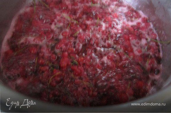 Дать ягодам прокипеть 5 минут.