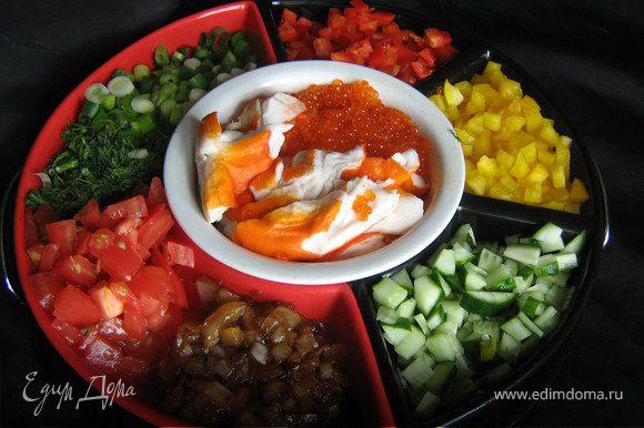 """.Мелкими кубиками нарезаем перцы,помидоры и огурцы,шинкуем зелень,""""крабовое"""" мясо или креветки разбираем на кусочки"""