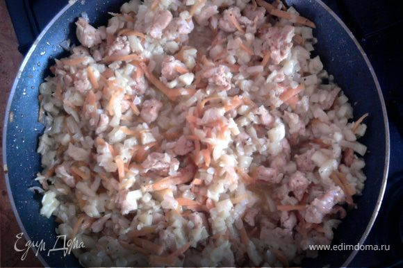 Обжарить овощи в небольшом количестве масла, добавляем курицу, потом кабачки. Смешываем овощи, добавляем дольку чеснока и тушим 5 минут.