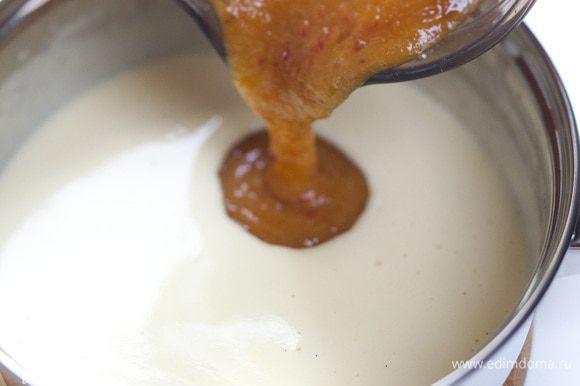 Перемешать желтково-сливочную массу с персиками.