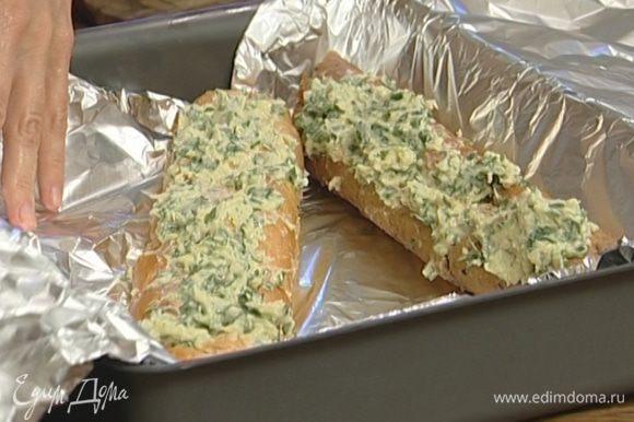 Завернуть багет в фольгу и запекать в разогретой духовке 20 минут.