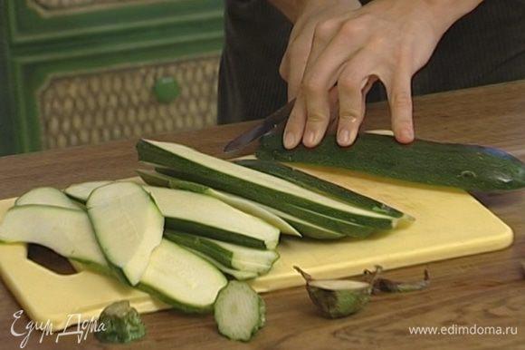 Цукини и баклажаны нарезать вдоль полосками толщиной 5 мм.
