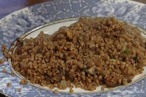 Жарить все 2–3 минуты, затем добавить готовую гречку и перемешать.