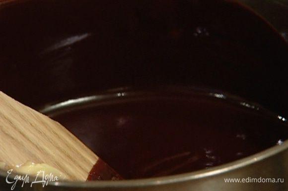 Добавить 140 г сливочного масла, помешивать, пока масло не растворится.