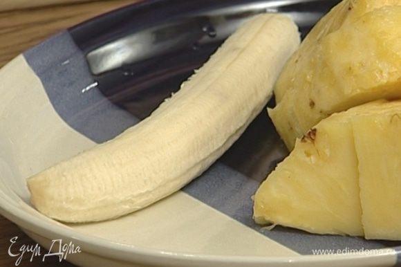 Банан (вы угадали!) тоже почистить и порезать.