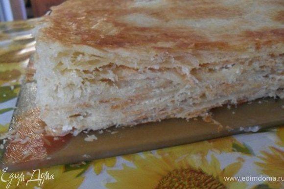 Все коржи, кроме верхнего, промазать кремом, подравнять торт.После смазать верхний корж кремом.Украсить верх и бока торта крошкой.