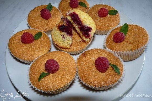 Готовые кексы украсить ягодами и мятой.