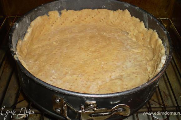 Тесто раскатываем, выкладываем в форму (28 см) смазанную маслом и для верности обсыпанную мукой. По другому у меня не вытаскивается... формируем бортики. Выпекаем при 200 гр минут 25-30. Достаем и остужаем основу.