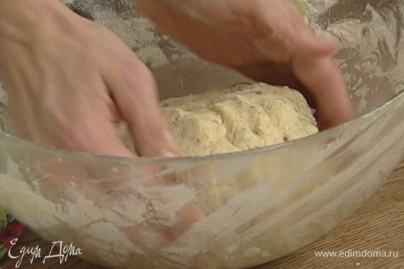 Добавить просеянную муку и орехи к маслу с сахаром и все вымешать.