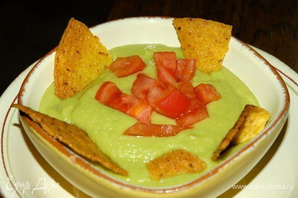 Разложить в тарелки помидоры, разлить суп и присыпать кинзой. Подавать с кукурузными лепешками.