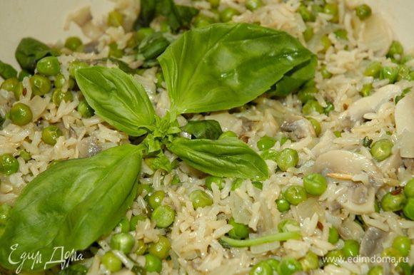 Добавить замороженный горошек, перемешать, снова накрыть крышкой и тушить еще 2–3 минуты, в конце добавить листья базилика.