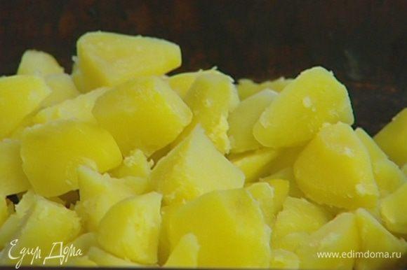 Картофель почистить, крупно нарезать и отваривать в подсоленной воде 5-10 минут. Затем воду слить (немного картофельного отвара сохранить).