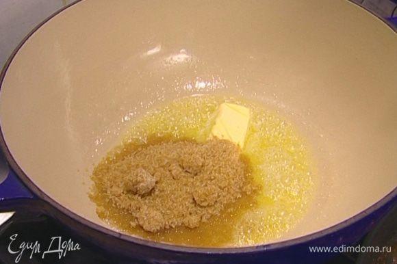 Сливочное масло растопить в тяжелой кастрюле с толстым дном, добавить оставшийся сахар, перемешать.