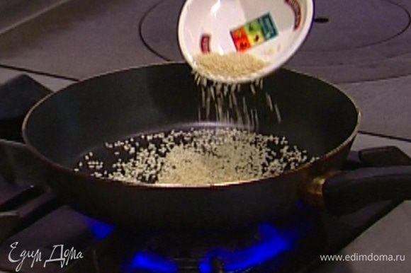 Кунжутное семя слегка подсушить на разогретой сковороде.