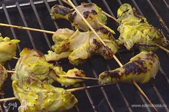 Нанизать на деревянные шпажки кусочки цыпленка и обжарить на гриле с обеих сторон, один раз полив их лимонным соком и маринадом.