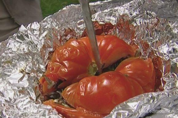 Завернуть каждый помидор и перец в двойной слой фольги, поставить на гриль и запекать около получаса до готовности. Раскрыть фольгу и держать овощи на гриле еще 3–4 минуты, чтобы они пропитались запахом дыма.
