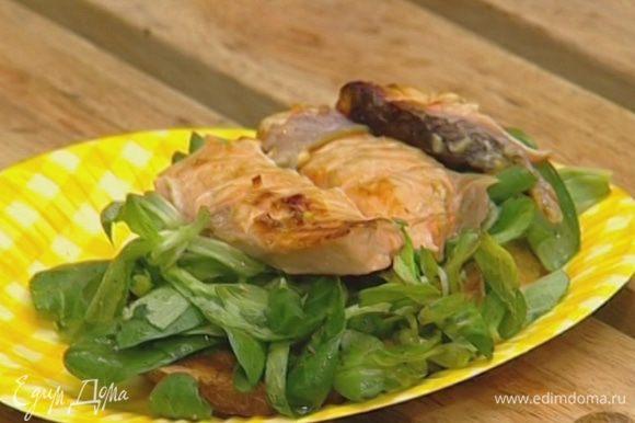 Положить на хлеб немного салата, а сверху — кусочек семги.