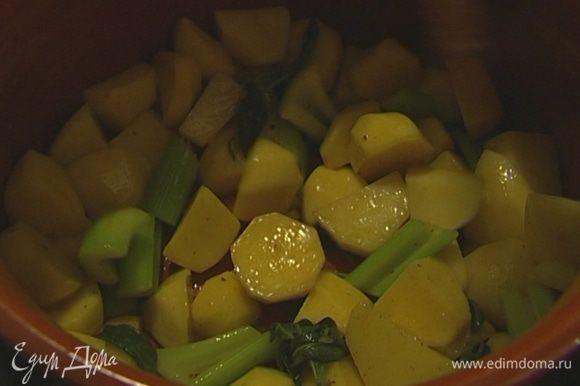 Когда чеснок станет мягче, добавить шалфей и картофель. Посолить, поперчить и, помешивая, дать овощам пропитаться всеми ароматами.