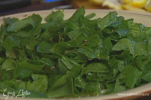 Перемешать лимон со шпинатом и листьями мяты, посолить и поперчить, сбрызнуть оливковым маслом, еще раз перемешать и подавать тут же.